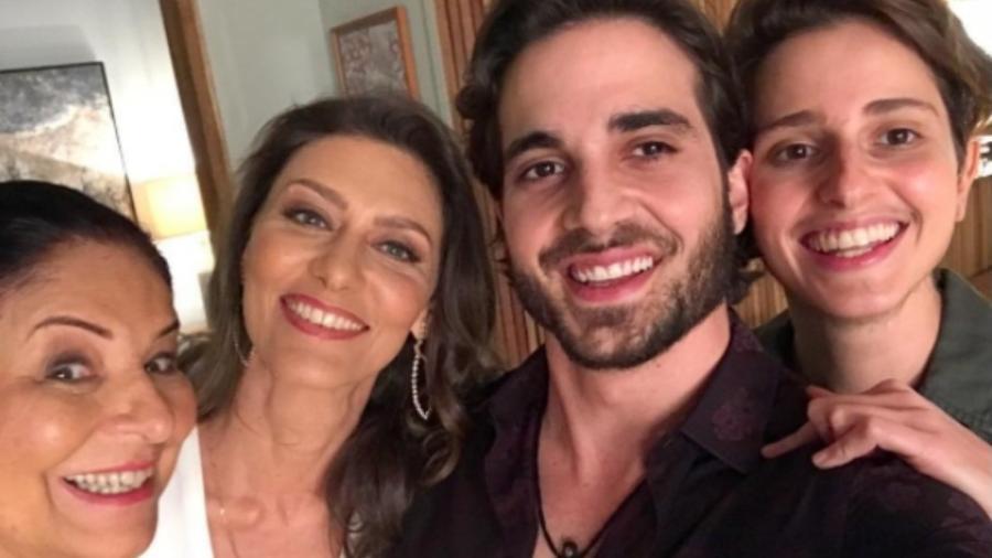 """Claudia Mello ao lado de Maria Fernanda Cândido, Fiuk e Carol Duarte em """"A Força do Querer"""" - Reprodução/Instagram/fiuk"""