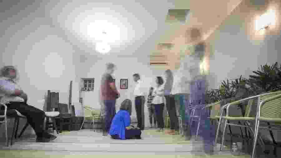 Grupo se reúne em clínica de São Paulo para sessão de constelação familiar - Marcelo Justo/ UOL