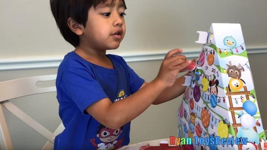 Ryan desembrulha brinquedos, mas também realiza atividades didáticas e experimentos científicos em seus vídeos - Reprodução/YouTube/Ryan ToysReview