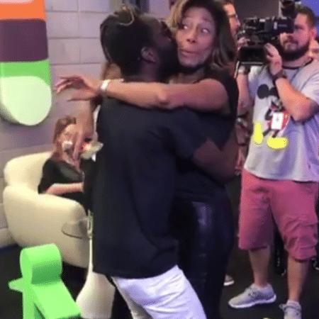 Jonathan Azevedo abraça Gloria Maria - Reprodução/Instagram