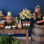 A atriz ao lado da mesa de doces da comemoração - Reprodução/Instagram