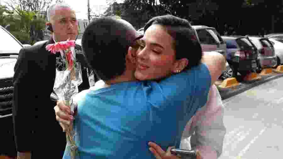 Vinícius Akio abraça Bruna após espera de 5 horas - Paulo Pacheco / UOL