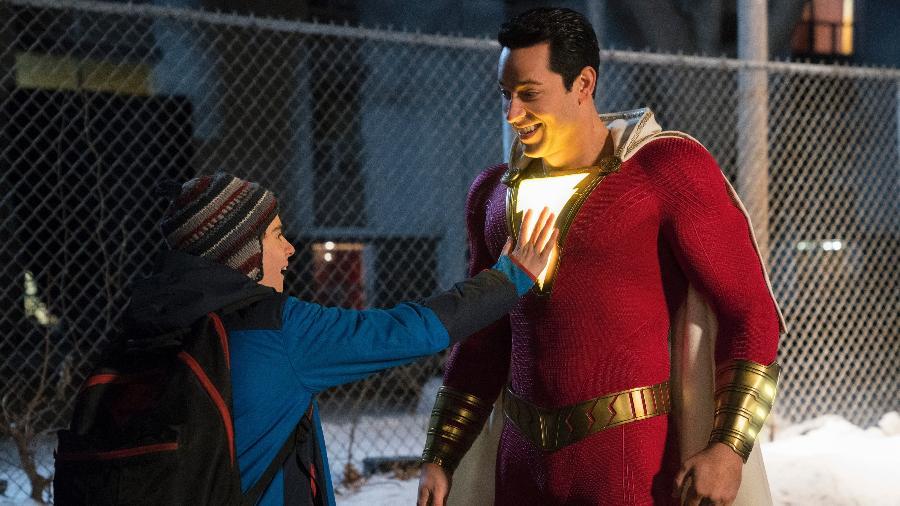 "Shazam (Zachary Levi) e Freddy Freeman (Jack Dylan Grazer) em cena do filme ""Shazam!"" - Divulgação/Steve Wilkie/DC Comics"