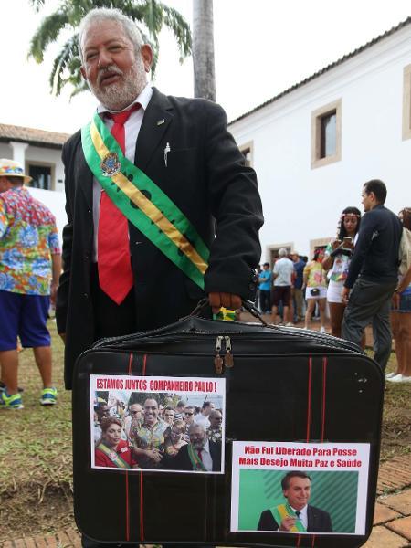 Folião fantasiado de Lula carregava uma mala na qual havia duas fotos: uma delas do presidente Jair Bolsonaro - Marlon Costa/Futura Press/Estadão Conteúdo