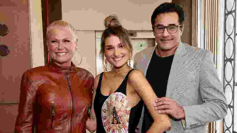Sasha posa nos bastidores de desfile com Xuxa e Szafir, em São Paulo - Marcello Sá Baretto/Brazil News