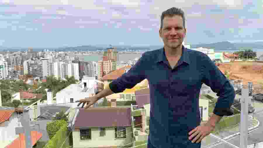 Carlos Bertolazzi posa em Florianópolis, onde ganhou um programa no SCC, afiliada do SBT  - Reprodução