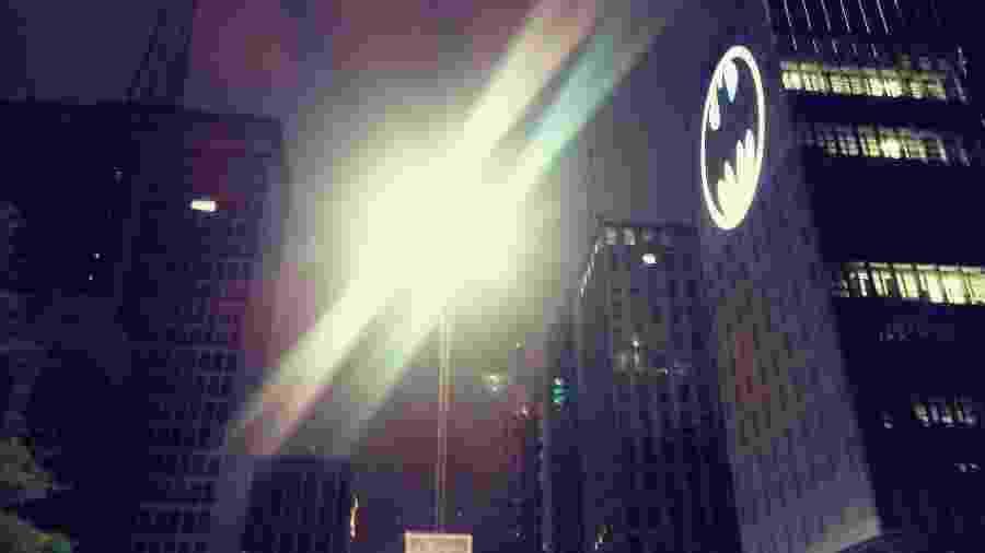 """Batsinal foi acendido ontem na Avenida Paulista em alusão aos 80 anos da primeira aparição do super-herói nas HQ""""s da DC Comics - Reprodução"""