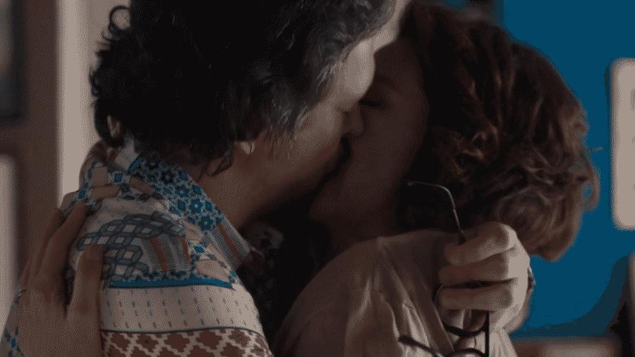 Mario e Nana se beijam em Bom Sucesso - Reprodução/TV Globo