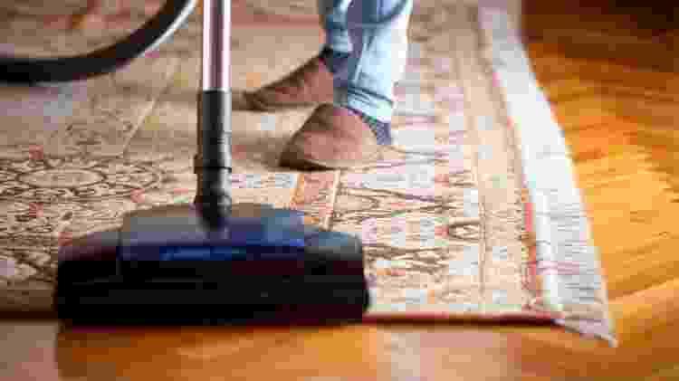 O tapete pode ser aspirado sem muita força para não danificar as fibras - iStock