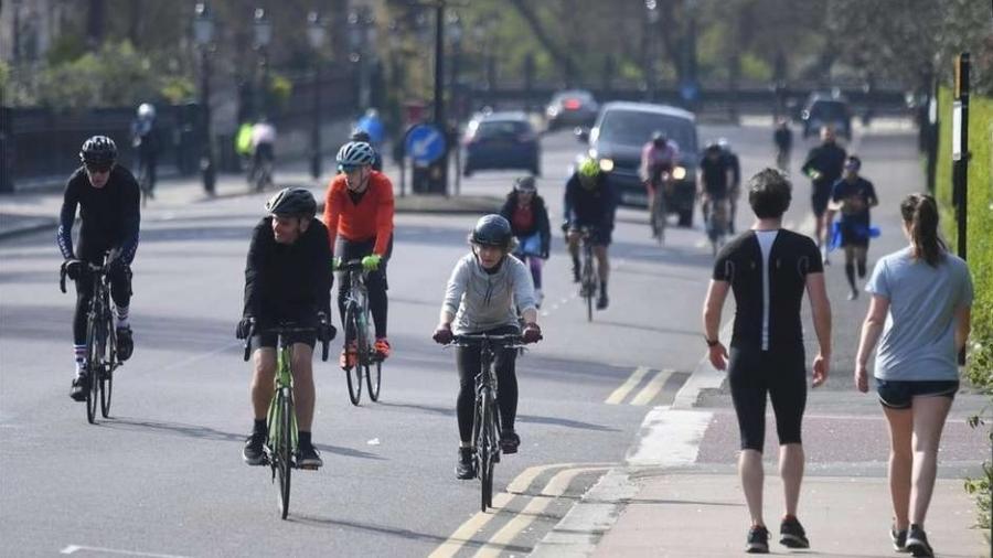 """Ciclistas em Londres; Sociedade Brasileira de Medicina do Esporte recomenda a prática, """"desde que não proibida por lei decretada pelo poder Executivo"""" - NEIL HALL/EPA"""