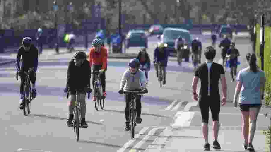 Ciclistas em Londres, na Inglaterra - NEIL HALL/EPA
