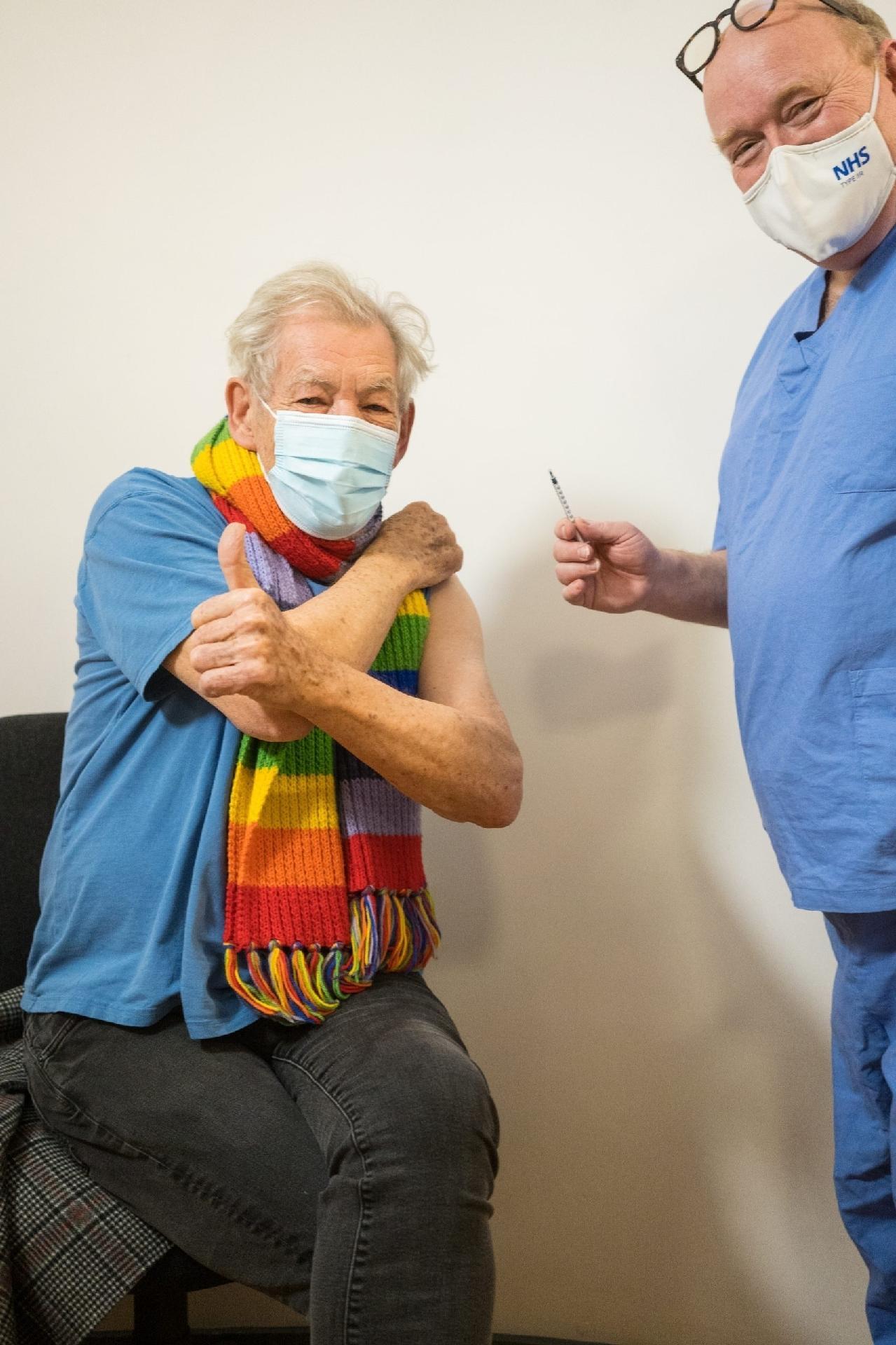 Ian McKellen recebe a vacina contra a covid-19 - Reprodução/NHS