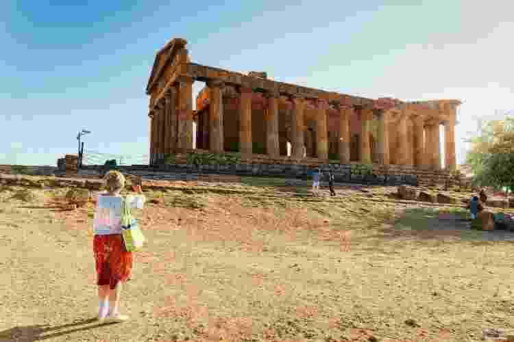 Turista fotografa o Templo da Concórdia, em Agrigento - Getty Images - Getty Images