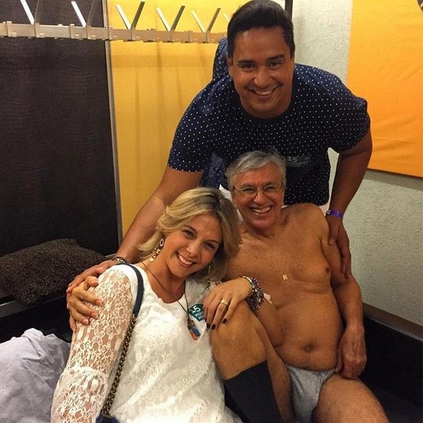 De cueca e meia, Caetano Veloso se diverte em foto com Carla Perez e Xanddy, na Suíça