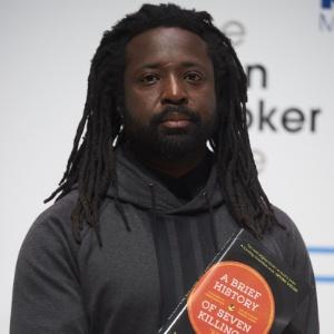 """12.out.2015 - O autor jamaicano Marlon James posa com o seu livro """"A Brief History of Seven Killings"""" antes de ganhar o Man Booker Prize de ficção pela obra - Niklas Halle""""n/AFP"""