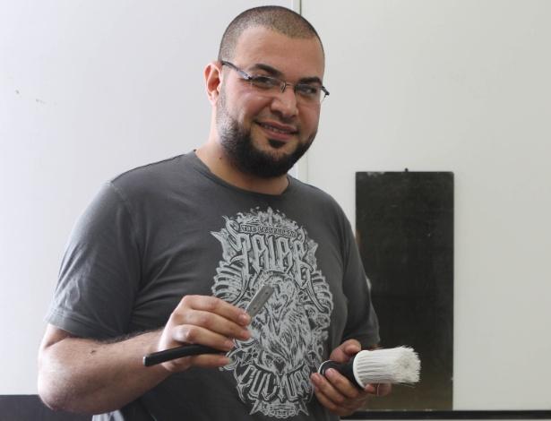 Rami Othaman, 30, está no Brasil desde março; Cabeleireiro há pelo menos 23 anos, ele faz corte masculino e barba típica árabe em ocupação na Liberdade - Junior Lago/UOL