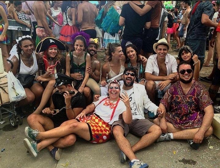 7.fev.2016 - Leandra Leal, figura sempre presente no Carnaval, se fantadia de pirata e curte o bloco Boi Tolo no centro do Rio de Janeiro