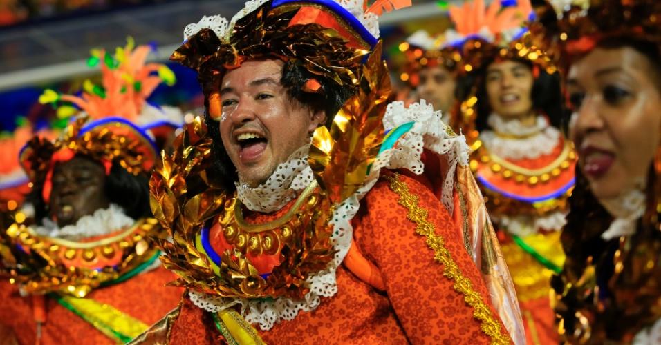 8.fev.2016 - Integrante canta samba-enredo da Beija-Flor, que retoma a história do Marquês de Sapucaí