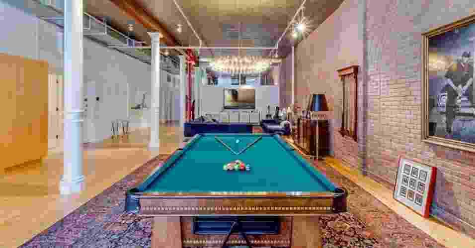 Construído em 1900, o loft de Adam Levine e Behati Prinsloo ainda mantém as 6 colunas originais que sustentam o imóvel com 260 m². Uma ampla parede de tijolos aparentes percorre quase toda a extensão do apê, que tem instalações hidráulicas e elétricas aparentes em contraste com o lustre de cristais. O casal famoso colocou a residência à venda por cerca de R$ 20 milhões, em Nova York, EUA - Oxford Property Group/ Reprodução