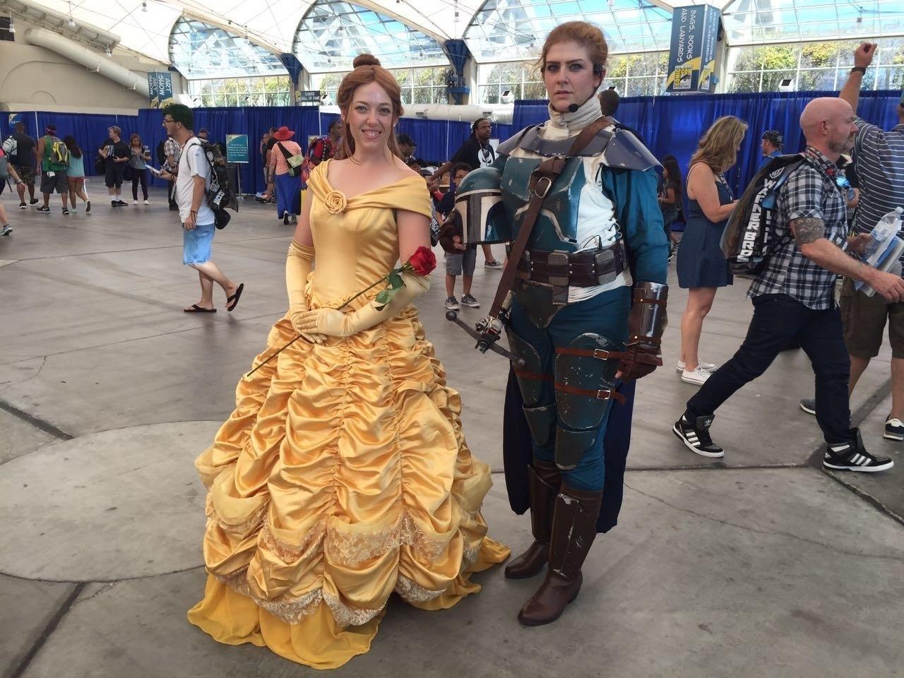 22.jul.2016 - Cosplayers da princesa Bela (de