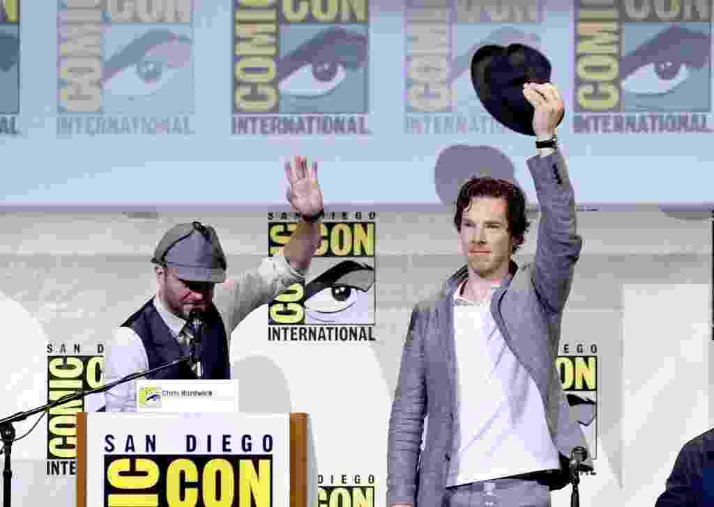 "24.jul.2016 - O moderador Chris Hardwicke o ator Benedict Cumberbatch no painel de ""Sherlock"" durante a San Diego Comic-Con - Kevin Winter/Getty Images/AFP"