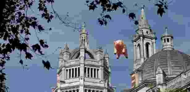 """Clássico porco inflável da capa do álbum """"Animals"""" aparece em Londres - Peter Nicholls/Reuters - Peter Nicholls/Reuters"""