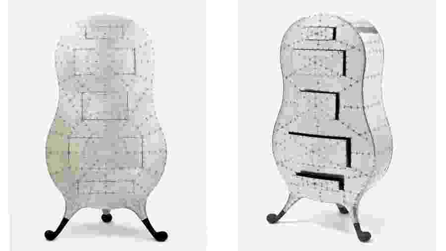 """A cômoda """"Pod of drawers"""", de Marc Newson, é inspirada na forma do corpo humano estilizada com placas de alumínio - Reprodução/Site oficial"""