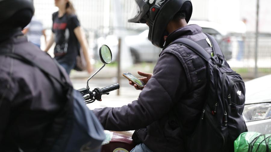 Nem o fato de serem as principais vítimas da desatenção impede motociclistas de darem aquela zapeada enquanto pilotam - Newton Menezes/Futura Press/Folhapress