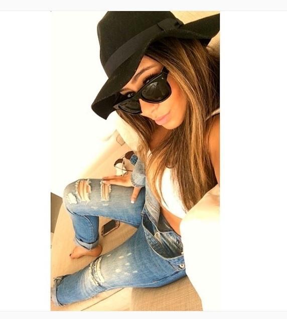 Rafaella Silva, irmã de Neymar, usa chapéu com calça rasgada