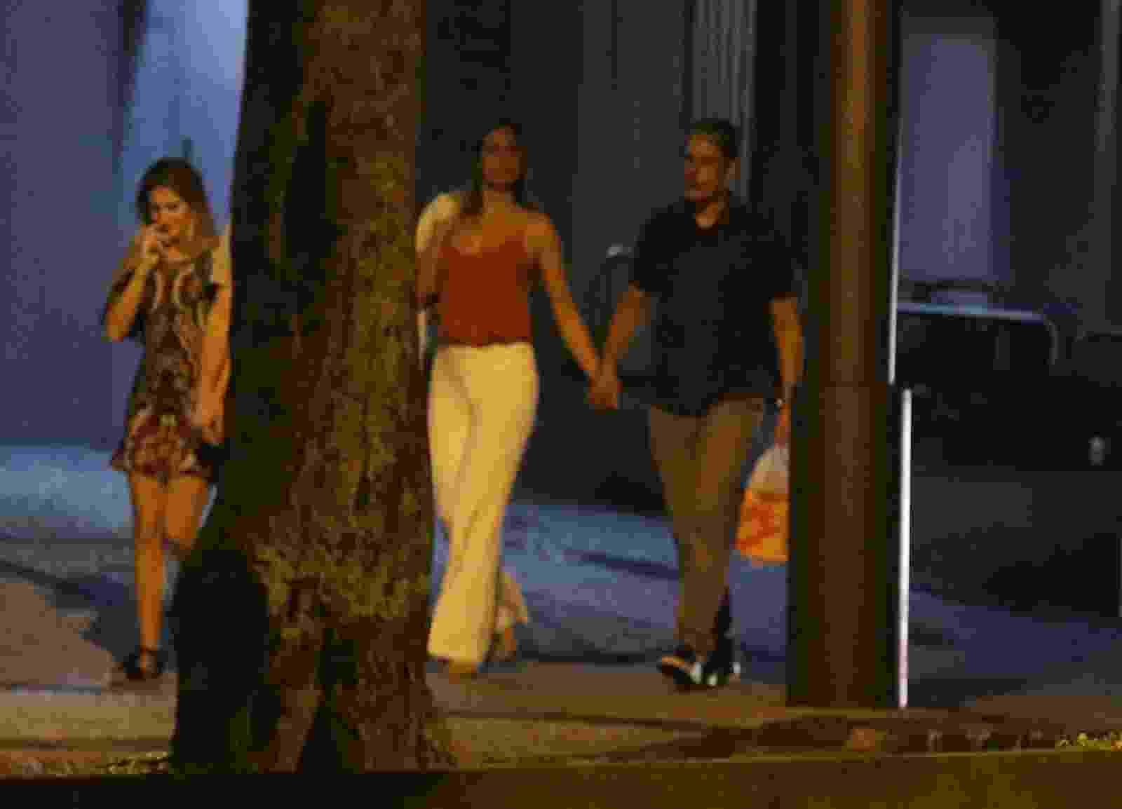 William Bonner é visto passeando com Natasha Dantas, apontada como sua namorada, e o filho Vinícius Bonemer - Thiago Martins/AgNews