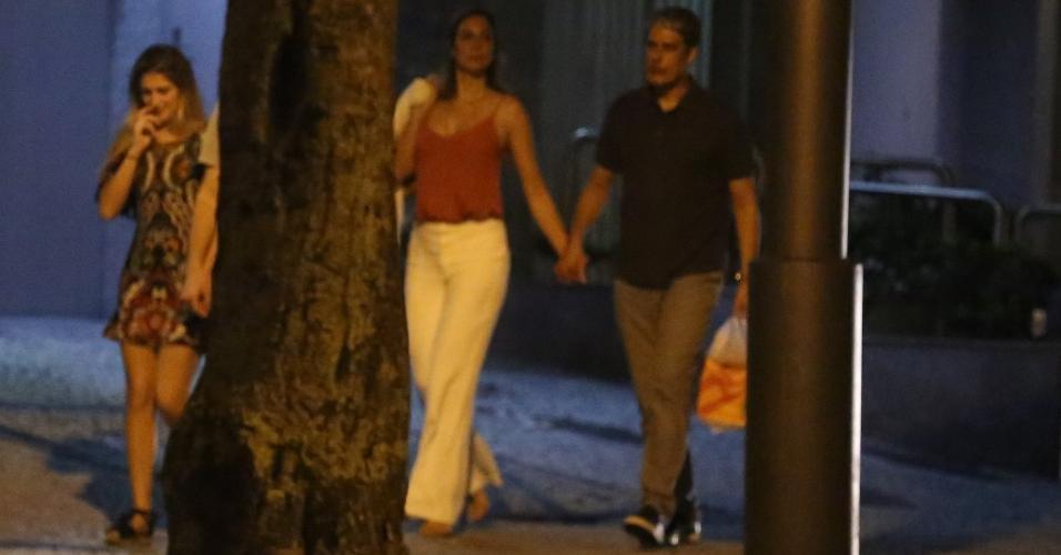 William Bonner é visto passeando com Natasha Dantas, apontada como sua namorada, e o filho Vinícius Bonemer