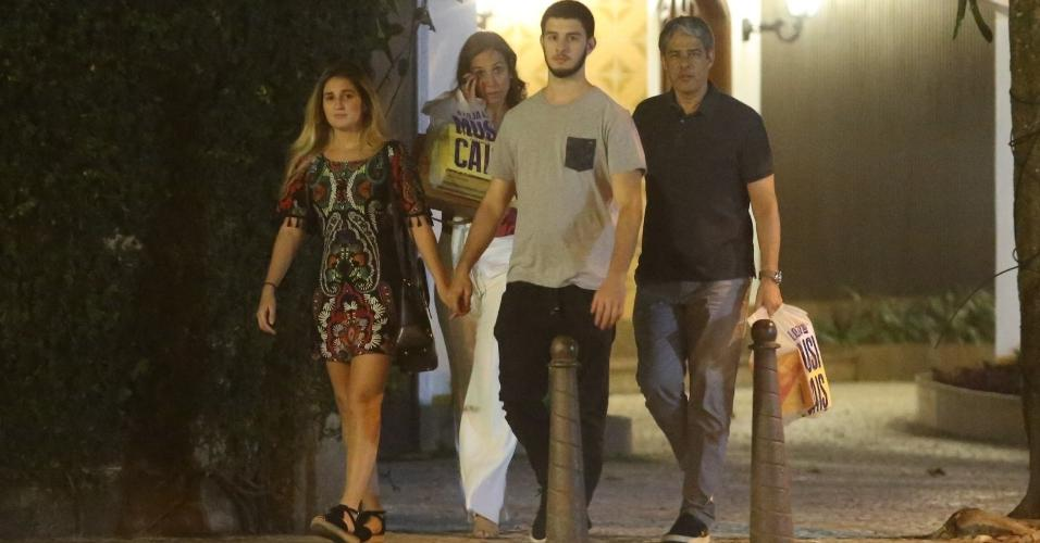 William Bonner é visto passeando com Natasha Dantas, apontada como sua namorada, e o filho Vinícius Bonemer. O herdeiro do apresentador estava acompanhado namorada