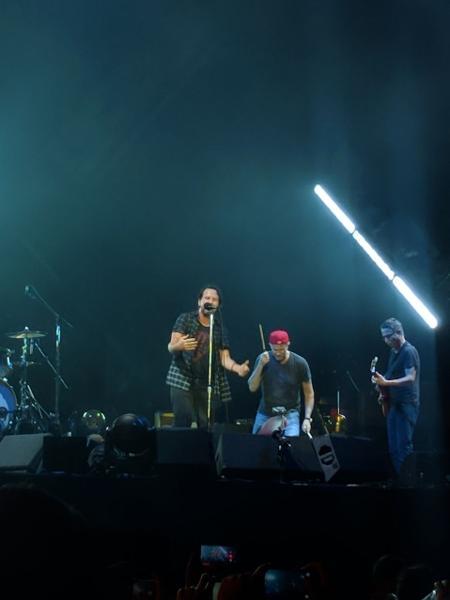 Baterista do Red Hot Chili Peppers faz participação especial no show do Pear Jam no Maracanã, no Rio - Mirella Nascimento/UOL