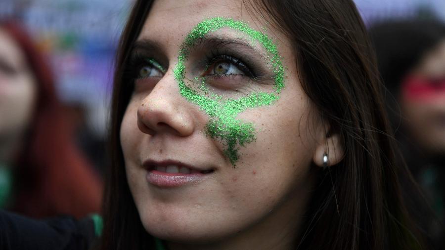 Ativista a favor da descriminalização do aborto em frente ao Congresso Nacional da Argentina, em Buenos Aires. Em uma jornada dividida, grupos se concentram para pressionar o país católico do Papa Francisco - Eitan Abramovich/AFP
