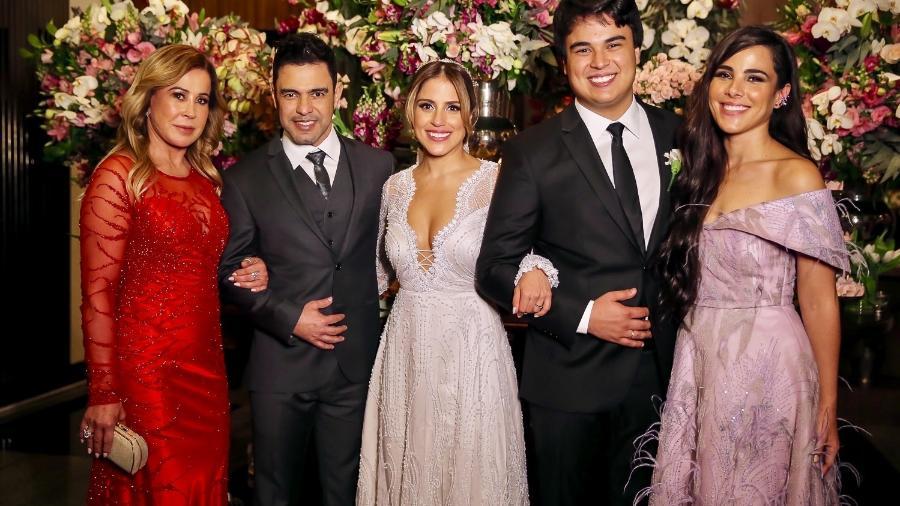 A mãe, Zilú Godói, o pai, Zezé di Camargo, o irmão, Igor Cy e a irmã, Wanessa Camargo, com a noiva. - Brazil News