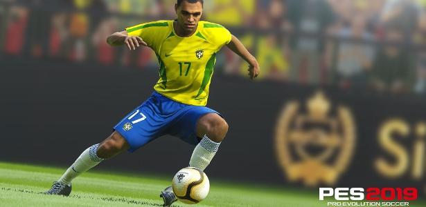 """O jogador Denílson estará em """"PES 2019"""", que também passa a ser embaixador do game."""
