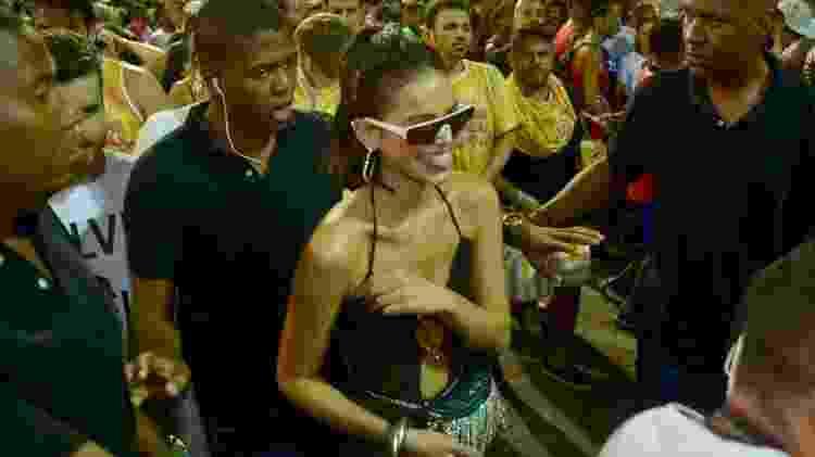 Bruna Marquezine com segurança na multidão -  Andre Muzell/Brazil News