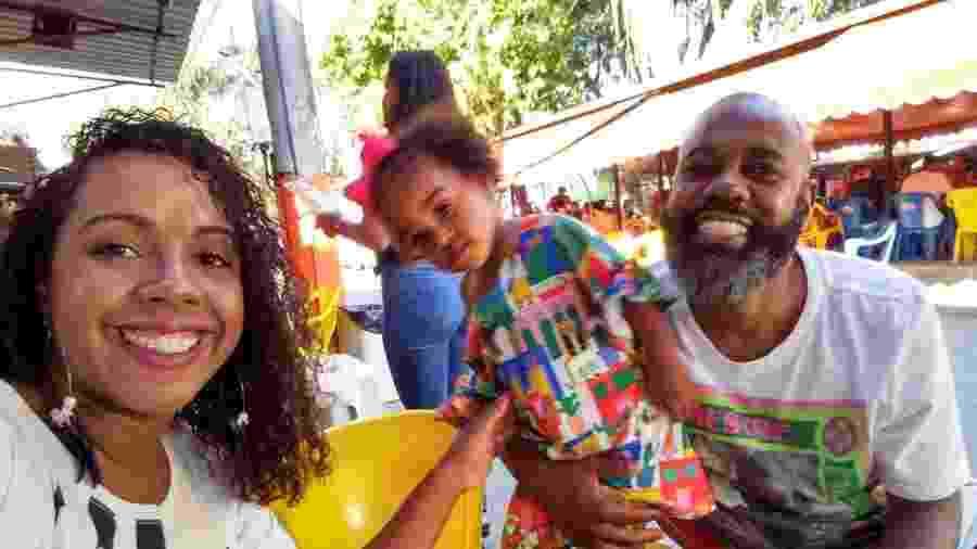 O casal Mario Carvalho e Noellen Liberato, com a filha: ele já guarda roupas dela em sua gaveta - Noellen Liberato / Arquivo pessoal