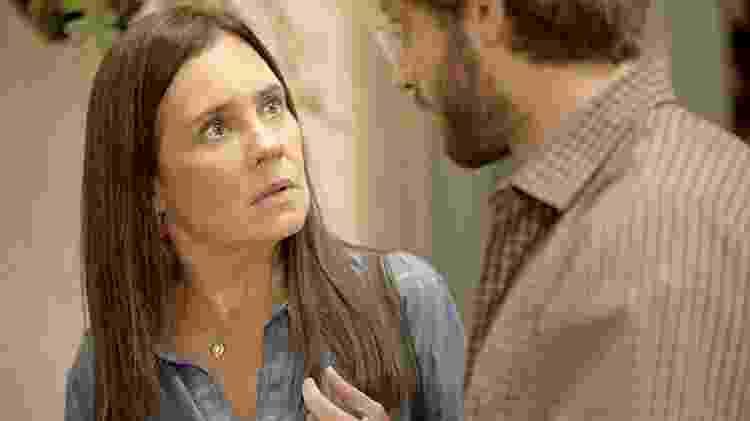 Em Amor de Mãe, Danilo (Chay Suede) descobre que não é filho biológico de Thelma (Adriana Esteves)  - Reprodução / Rede Globo - Reprodução / Rede Globo