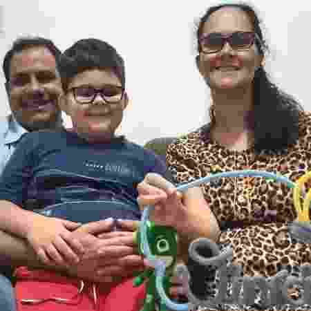 """""""Vencer uma pandemia não é uma das coisas que a gente imagina ao planejar a chegada do bebê"""", diz Juliana Rocha Sanchez Ribeiro, na foto com o marido, Cleber, e o filho, Bernardo - Arquivo Pessoal"""