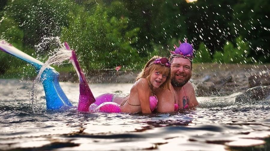 Pai e filha posam de sereia para ensaio fotográfico - Reprodução/Facebook