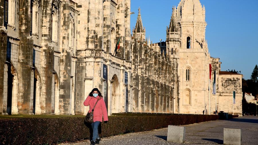 Mulher passa em frente ao Mosteiro dos Jerônimos, em Lisboa - NurPhoto via Getty Images
