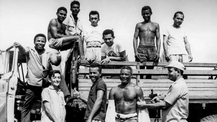 Agentes da saúde paravam caminhões como este, no Maranhão, em 1969, para vacinar seus passageiros - Acervo da Casa de Oswaldo Cruz - Acervo da Casa de Oswaldo Cruz