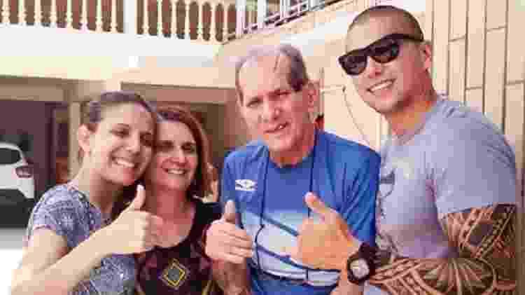 Paulo Henrique Costa (centro) e a família ao redor - Arquivo pessoal - Arquivo pessoal