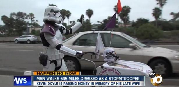 Vestido de stormtrooper, homem caminha pela Califórnia até a Comic-Con, em San Diego, em homenagem à mulher - Reprodução/ABC