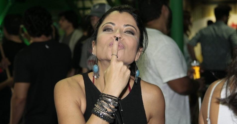 20.set.2015 - A atriz Aninha Lima manda beijo no camarote