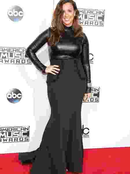 """22.nov.2015 - Alanis Morissette apareceu toda sorridente. A 43ª edição do prêmio """"American Music Awards"""" aconteceu na noite desse domingo em Los Angeles e grandes artistas da música e da TV americana passaram pelo tapete vermelho - Getty Images"""