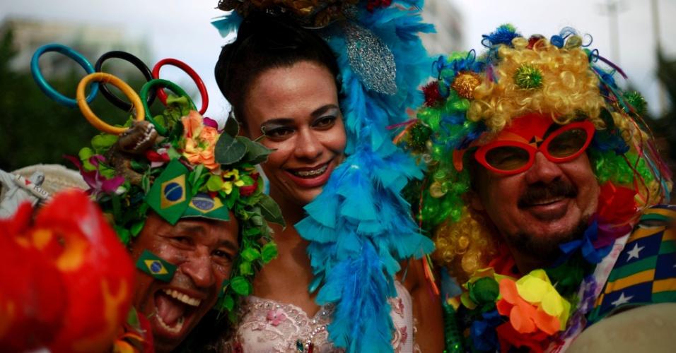 6.fev.2016 - Com plumas e inspirados na Olimpíada do Rio, foliões curtem o bloco Banda de Ipanema, no Rio