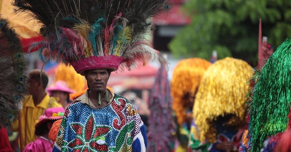 8.fev.2016 - O caboclo de lança é um dos personagens principais do maracatu em Nazaré da Mata (PE). A roupa completa pode custar até R$ 3 mil para ser feita