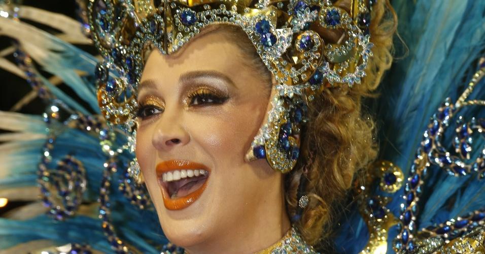 8.fev.2016 - A atriz Cláudia Raia se prepara para entrar na Marquês de Sapucaí como destaque da escola de samba Beija-Flor